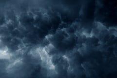 Ciel orageux d'obscurité de nuages de pluie Photographie stock