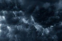 Ciel orageux d'obscurité de nuages de pluie Images stock