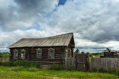 Ciel orageux de vieille ferme Photographie stock libre de droits