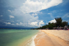 Ciel orageux dramatique au-dessus de plage tropicale Photos libres de droits