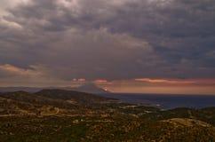 Ciel orageux et lever de soleil à la montagne sainte Athos images libres de droits