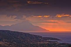 Ciel orageux et lever de soleil à la montagne sainte Athos images stock