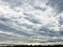Ciel orageux pendant l'automne tôt Images libres de droits