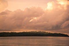 Ciel orange à un coucher du soleil Photographie stock libre de droits