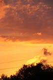 Ciel orange ardent de coucher du soleil Photos stock