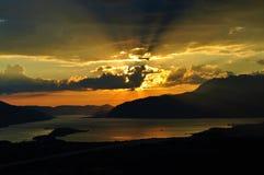 Ciel orange au coucher du soleil et aux rayons de soleil Photographie stock