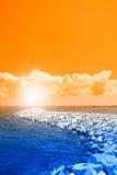 Ciel orange au-dessus des roches Photographie stock libre de droits