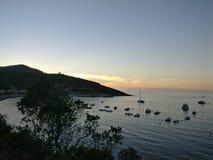 Ciel orange de coucher du soleil au-dessus de la mer Photos stock