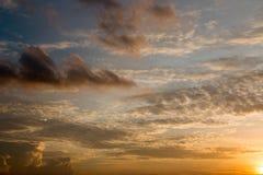 Ciel orange de coucher du soleil de foyer mou abstrait Images libres de droits