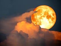 ciel orange de coucher du soleil de nuage de lune superbe de plein sang photo libre de droits