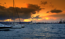 Ciel orange vif au-dessus du port Images stock