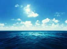 Ciel parfait et océan tropical Photos libres de droits