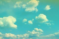 Ciel partiellement nuageux coloré stupéfiant de cumulus pour l'usage dans la conception comme fond images libres de droits