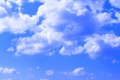Ciel partiellement nuageux lumineux gentil de cumulus pour l'usage dans la conception comme fond images libres de droits