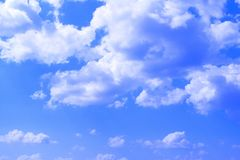 Ciel partiellement nuageux lumineux merveilleux de cumulus pour l'usage comme fond dans la conception photos libres de droits