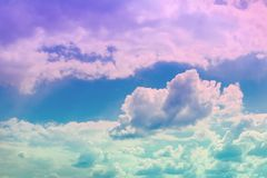 Ciel partiellement nuageux vif merveilleux de cumulus pour l'usage dans la conception comme fond image libre de droits