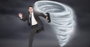 Ciel peint et foncé de tornade de tornade avec le fonctionnement d'homme d'affaires image stock