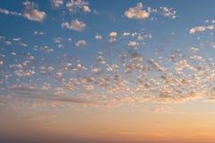 Ciel pendant le coucher du soleil avec de petits nuages Photo stock