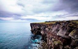 Ciel pourpre au-dessus des roches Image stock