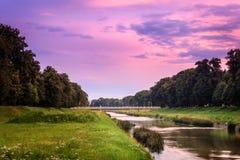 Ciel pourpre et nuageux de coucher du soleil au-dessus de rivière de Nisava de mouvement et de pont brouillés d'amour Photo stock