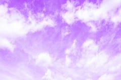 Ciel pourpre violet avec les cumulus blancs de cirro photographie stock