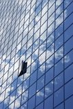 Ciel réfléchissant sur le gratte-ciel image stock
