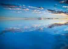 Ciel reflété dans l'eau Images stock
