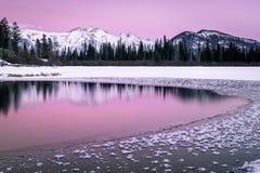 Ciel rose au-dessus de lac vermeil en parc national de Banff dans le Canada images libres de droits