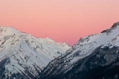 Ciel rose dans les montagnes Photographie stock