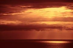 Ciel rouge au-dessus de mer Images libres de droits