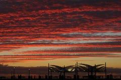 Ciel rouge de flambage de coucher du soleil au-dessus du pilier de Redondo Beach, Los Angeles, la Californie photo stock