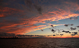 Ciel rouge la nuit, Cleveland, Ohio Photographie stock libre de droits