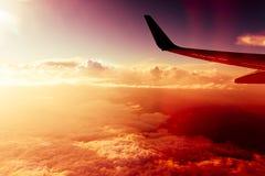 Ciel rouge, mouche au-dessus des nuages Images libres de droits