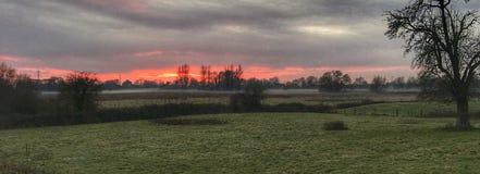 Ciel rouge réglé du soleil de marais de Magor Image libre de droits