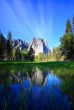 ciel se reflétant de roches de cathédrale Photo libre de droits