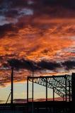 Ciel sinistre d'écarlate au coucher du soleil Image stock