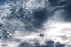 Ciel sinistre des nuages de pluie gris-foncé et blancs image libre de droits