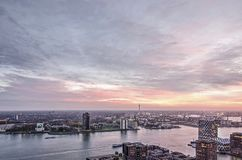 Ciel spectaculaire au-dessus de rivière, de port et de voisinages photos stock