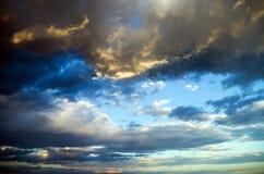 Ciel sur le coucher du soleil. Nuages colorés. photos libres de droits
