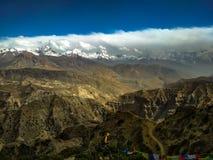 Ciel sur le mustang sup?rieur de la terre avec des gammes de montagne et des gammes des collines image libre de droits