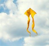 Ciel surfant de cerf-volant jaune concept d'énergie éolienne de vol Image stock