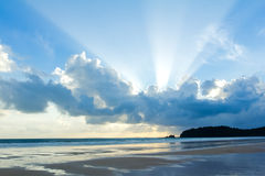 Ciel tropical de coucher du soleil de plage avec les nuages allumés Photo stock