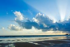 Ciel tropical de coucher du soleil de plage avec les nuages allumés images libres de droits