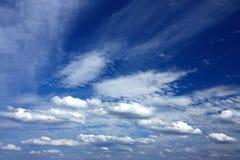 Ciel venteux complètement des nuages Photo stock