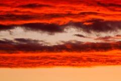 Ciel vibrant lumineux de coucher du soleil image stock