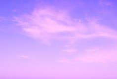 Ciel violet d'élévation du soleil avec des nuages Photographie stock libre de droits