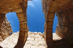 Ciel vu par les trous dans le toit du rui images libres de droits