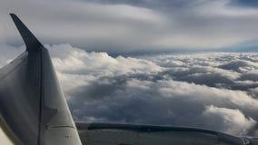 Cieli arrabbiati che galleggiano vicino fuori di un aeroplano video d archivio