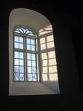 Cieli blu attraverso la finestra della chiesa Immagini Stock