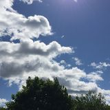 Cieli blu con le nuvole lanuginose imagination-1 Fotografia Stock Libera da Diritti
